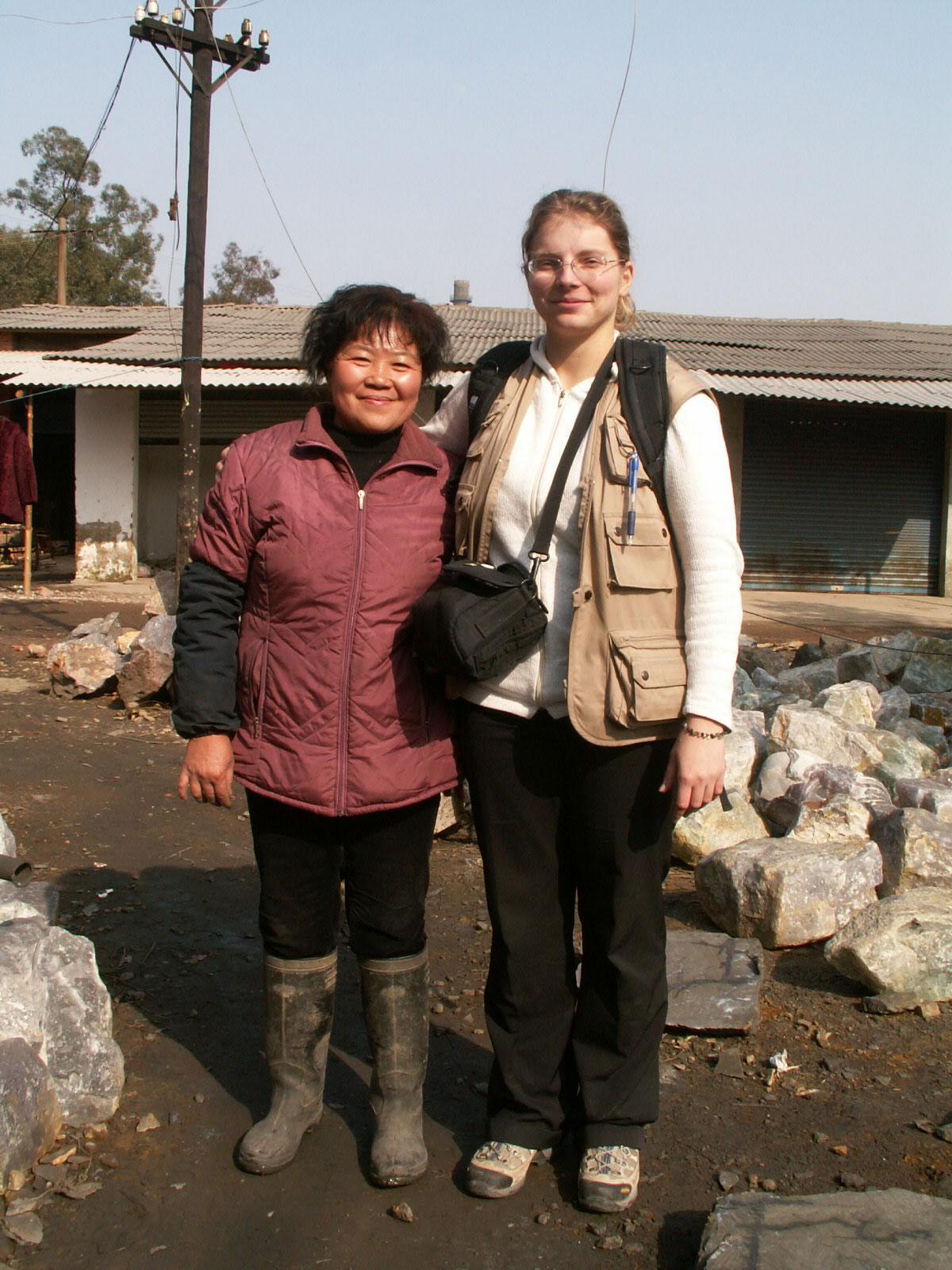 Moi en janvier 2007 avec une artisane de la fluorine devant leur atelier